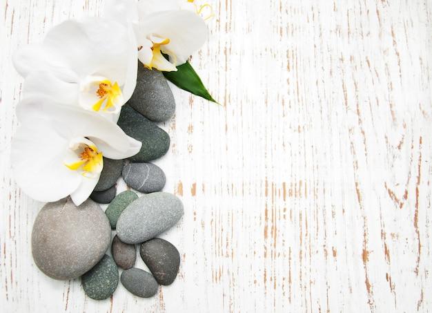 Orquídeas con piedras de masaje