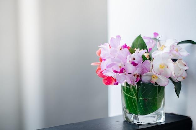Orquídeas que decoran en un vaso de agua.