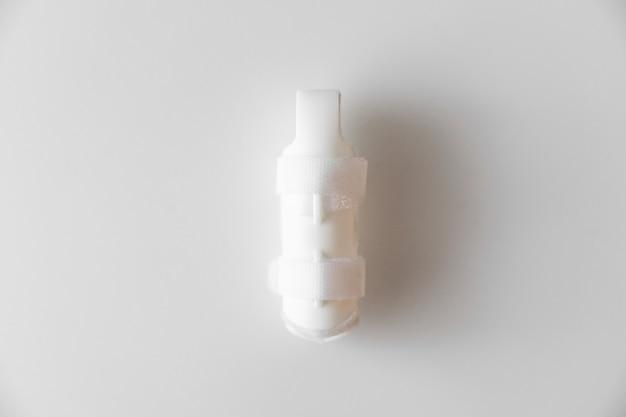 Ortesis para la fijación del dedo, de plástico sobre fondo blanco. langet para curar las falanges de los dedos, debido a lesiones. accesorios ortopédicos. farmacia y equipamiento médico.