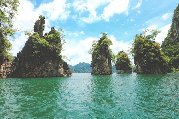 Oscile la montaña y el lago en la presa de ratchaprapa, parque nacional de khoa sok, surat thani, tailandia.