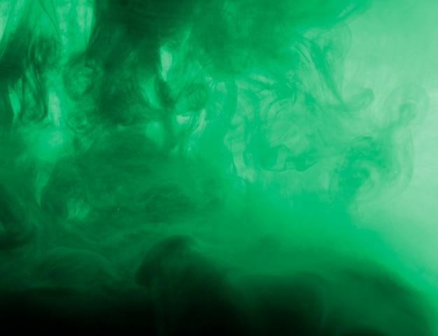 Oscura densa nube de neblina verde
