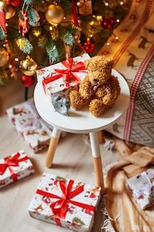 Osito de peluche de navidad con árbol de navidad