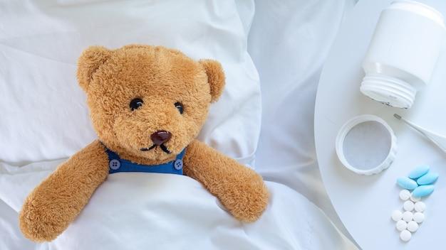 El oso de peluche está enfermo por la gripe y la infección por el virus.