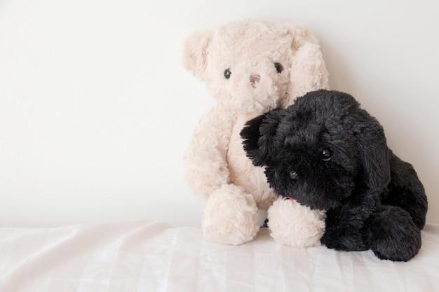 Oso de peluche y un lindo cachorro enamorado, dulce pareja en el día de san valentín