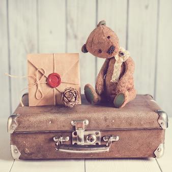Oso de peluche en una maleta con mensajes de amor.