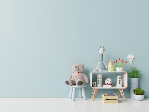 Oso de peluche y muñeca de conejo en la habitación de los niños sobre fondo de pared azul.