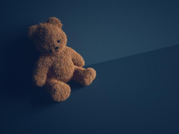 Oso de peluche con ojos rasgados se sienta en la habitación oscura. concepto de abuso y violencia infantil.