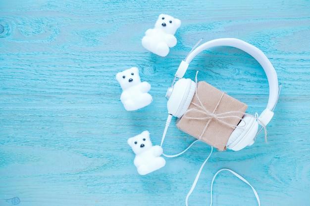 Osos de juguete y audífonos cerca del presente