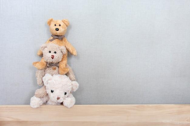 Los osos de peluche están jugando en una fila con una sensación feliz