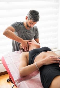 Osteópata realizando terapia de confianza cervical