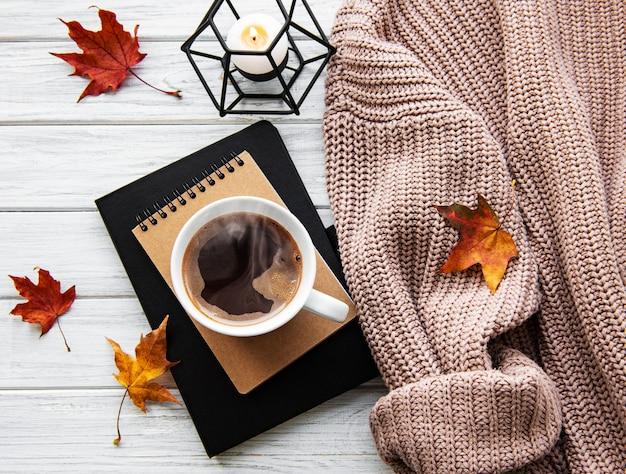 Otoño acogedor hogar composición con taza de café