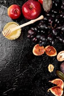 Otoño cosecha comida bodegón con temporada frutas uva, manzanas rojas e higos.