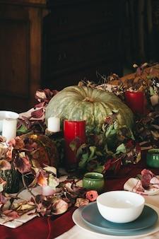 Otoño decoración de acción de gracias con velas y calabazas de cerca