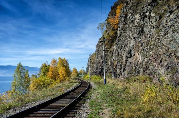 Otoño en el ferrocarril circum-baikal, siberia oriental, rusia
