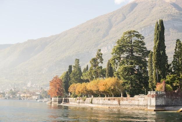 Otoño en el lago de como en italia.