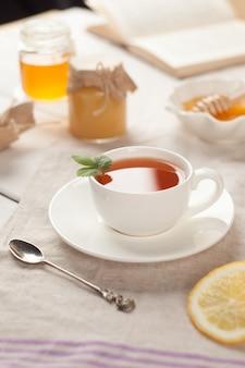 Otoño o invierno bodegón taza de té y libro sobre la mesa