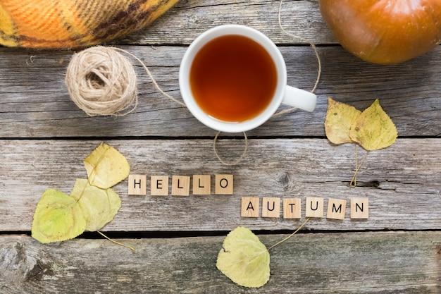 Otoño otoño aplanado, vista superior. hojas de otoño, taza de té.