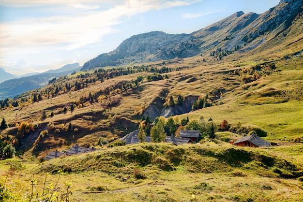 Otoño paisaje de montaña en los alpes franceses