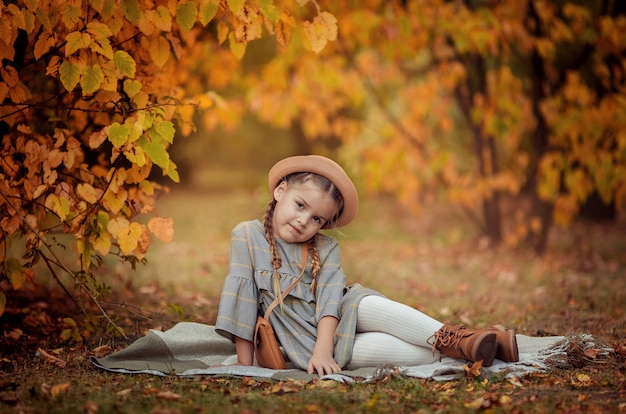 Otoño retrato de una hermosa niña con un sombrero