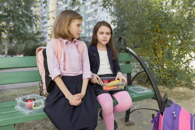 Otoño retrato de niños con loncheras, mochilas escolares