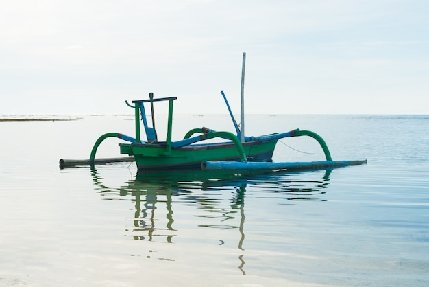Outrigger barco con la reflexión
