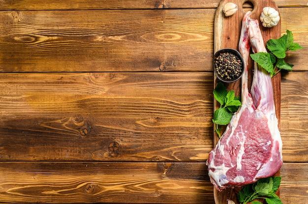 Oveja, pierna de cordero con hierbas. carne orgánica cruda.