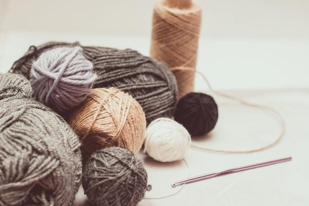 Ovillos de lana de color para tejer sobre fondo blanco