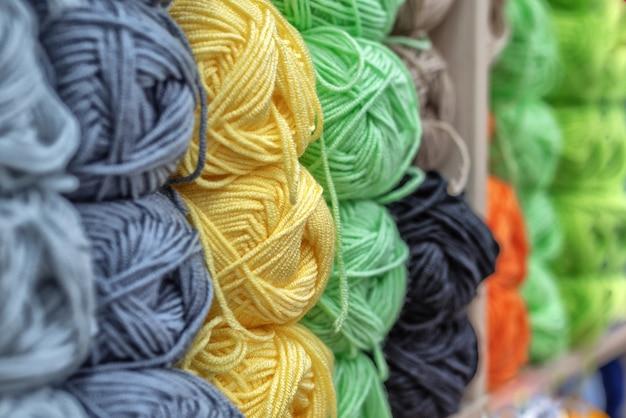 Ovillos de lana multicolor para bordar