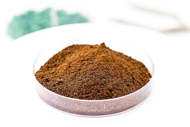 Óxido de hierro marrón, óxido de hierro sintético utilizado como tinte