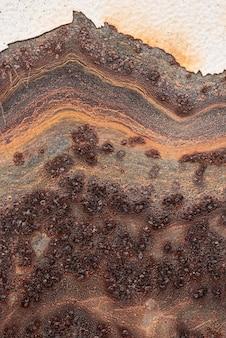 Óxido sobre metal con pintura descascarada
