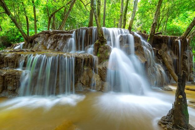 Pa wai waterfall, hermosa cascada en la selva tropical, provincia de tak, tailandia