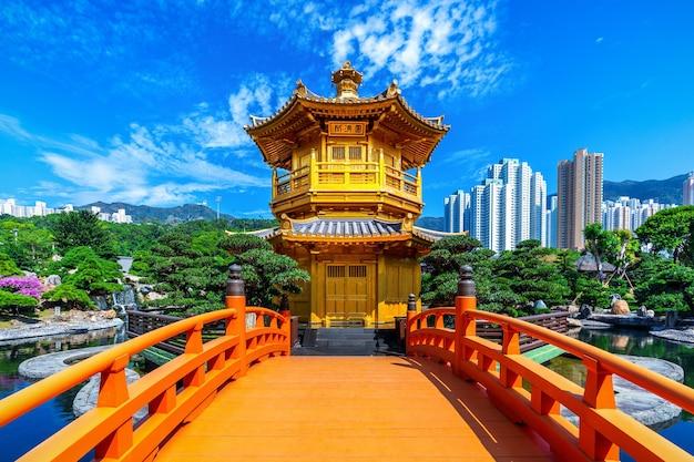 Pabellón dorado en el jardín nan lian cerca del templo chi lin nunnery, hong kong.