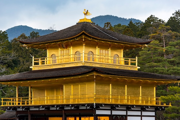 Pabellón dorado, templo kinkakuji en kyoto en japón
