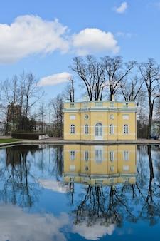 Pabellón en el palacio de catalina con reflejo. el pabellón de baño superior del palacio de catalina en la ciudad de tsarskoye selo, rusia.