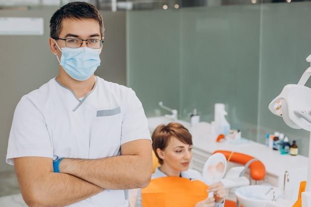 Paciente acostado en la silla del dentista después de la higiene
