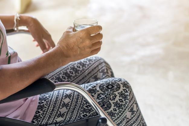 Paciente anciana asiática anciana o anciana en silla de ruedas tan triste en casa, saludable concepto médico fuerte