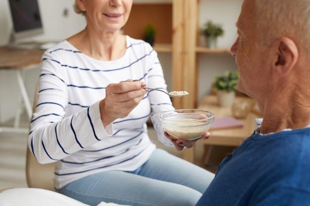 Paciente anciano de alimentación