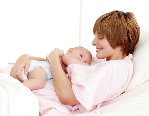 Paciente y bebé recién nacido en la cama