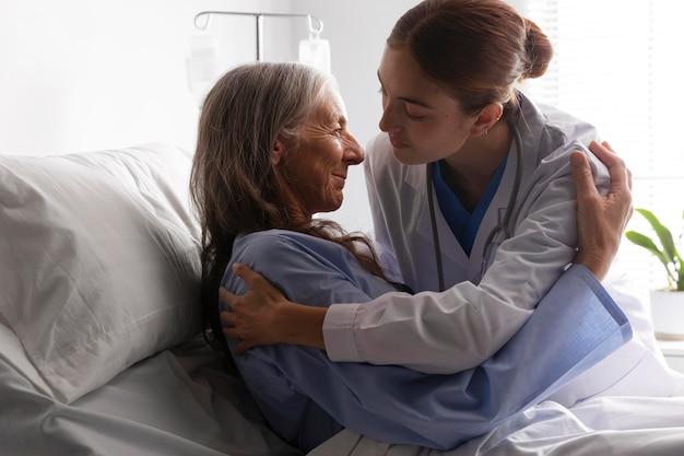 Paciente en la cama hablando con el médico