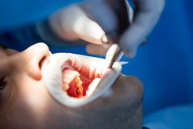 Paciente en clínica dental mientras opera