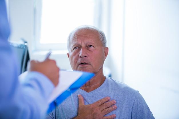 Paciente consultar a un médico Foto gratis
