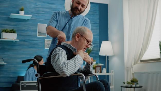Paciente discapacitado recibiendo consulta de enfermero