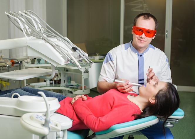 Paciente en la recepción en el dentista en la oficina dental