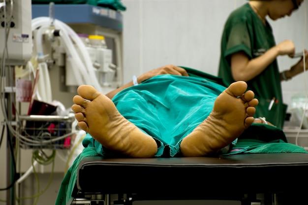 El paciente está esperando la cirugía en la sala de emergencias.