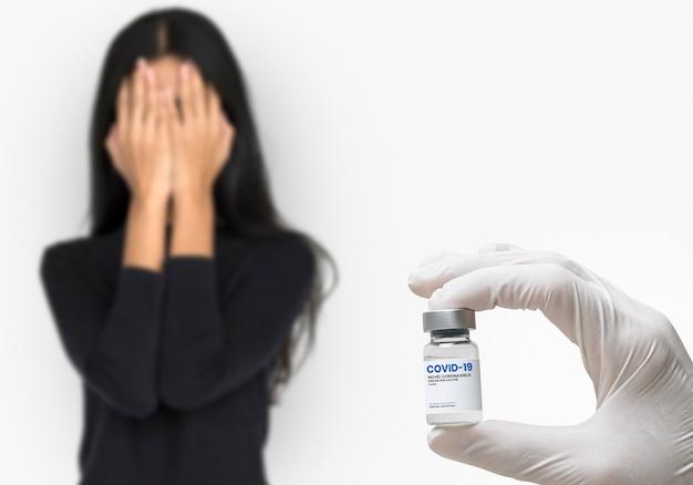 Paciente estresado vacunándose contra covid 19