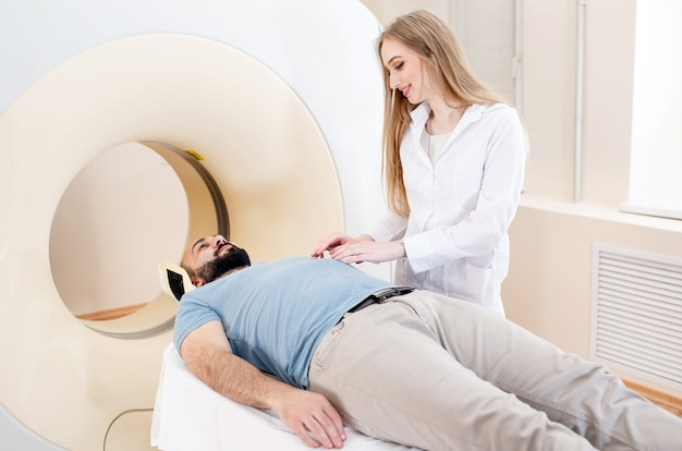 Paciente feliz sometido a exploración de resonancia magnética en el hospital.
