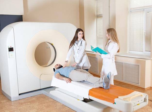 Paciente feliz sometido a resonancia magnética en el hospital.