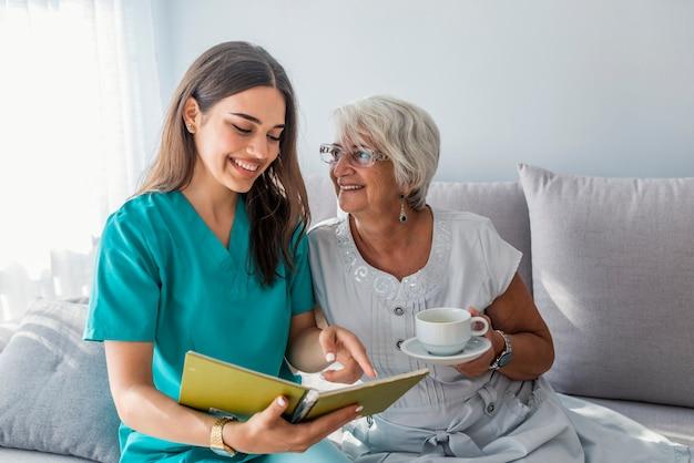 El paciente feliz está sosteniendo al cuidador para una mano mientras que pasa el tiempo junto