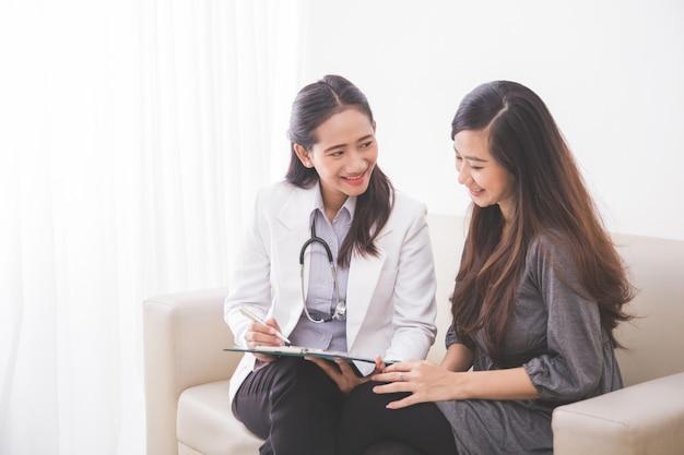 Paciente femenino asiático consultar con una doctora