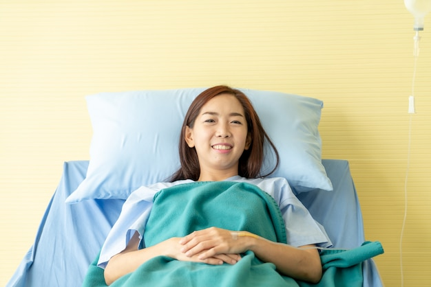 Paciente femenino en cama de hospital